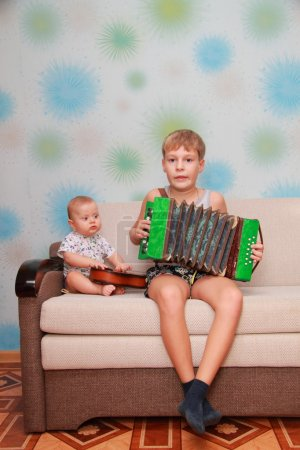 Photo pour Ensemble musical de deux frères - guitare et accordéon - image libre de droit
