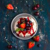 Pusinky pavlova dort s čerstvým ovocem