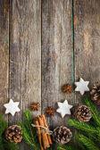 Vánoční pozadí s větvemi jedlí, šišky, vánoční co