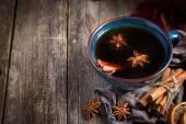 Šálek horkého čaje kořeněné s anýzu a skořice, selektivní zaměření