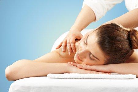 Photo pour Jeune femme sur fond de massage, bleu - image libre de droit