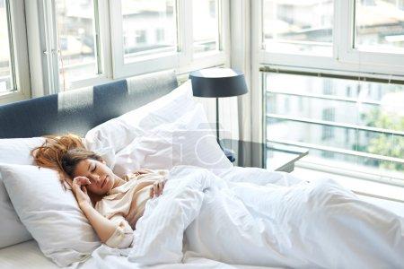 Femme allongée dans son lit