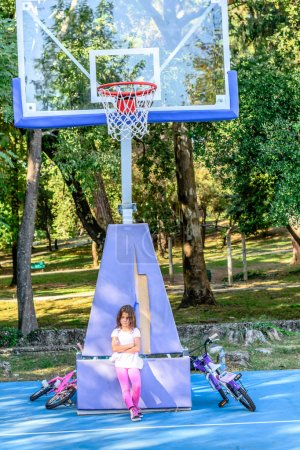 Foto de Poco siete años es triste que nadie quiere jugar al baloncesto con ella - Imagen libre de derechos