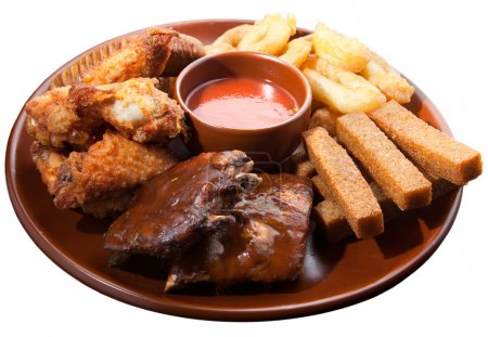 Photo pour Différents aliments et collations avec de la sauce pour la bière sur une grande assiette brune. Isolé sur fond blanc - image libre de droit