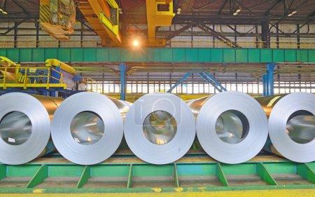 Photo pour Rouleaux de tôle d'acier entreposés dans l'entrepôt. Bobines d'acier roulées à froid - image libre de droit
