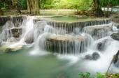Vodopád v hlubokém lese, huay mae khamin, kanchanaburi, Thajsko