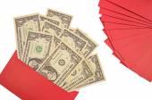 Peníze v obálce Red izolovaných na bílém pozadí. Čínština