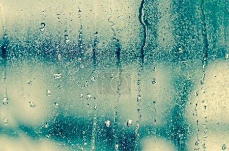 Photo pour Gouttes d'eau naturelles sur fenêtre en verre - image libre de droit