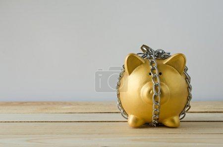 Foto de Plan de ahorro con la hucha de oro - Imagen libre de derechos