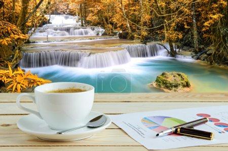 Photo pour Tasse de café avec fond naturel vert - image libre de droit