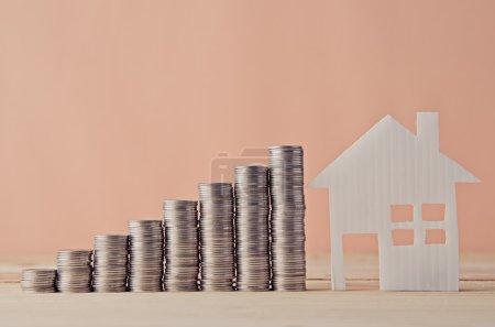 Photo pour Modèle de maison et de la pile d'une pièce - image libre de droit