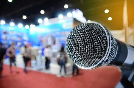 Photo pour Microphone avec fond d'événement flou - image libre de droit