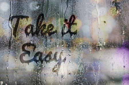 """Photo pour Gouttes d'eau naturel sur la vitre avec le texte """"Take it Easy"""" - image libre de droit"""