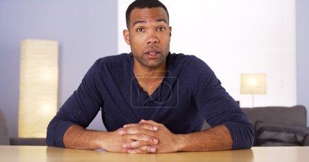 Photo pour Homme noir parlant à la caméra - image libre de droit