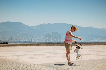 Photo pour Femme avec son chien en jouant sur le plein air - image libre de droit