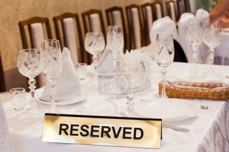 Photo pour Signe réservé sur la table dans un restaurant chic - image libre de droit