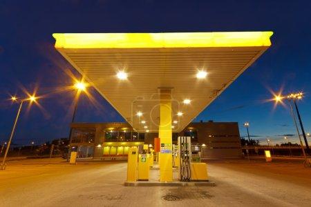 Photo pour Station essence vide avec ciel nocturne bleu en Finlande - image libre de droit