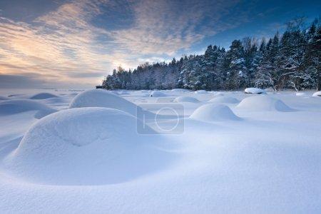 Photo pour Neige intacte dans la matinée d'hiver en plage d'Helsinki - image libre de droit
