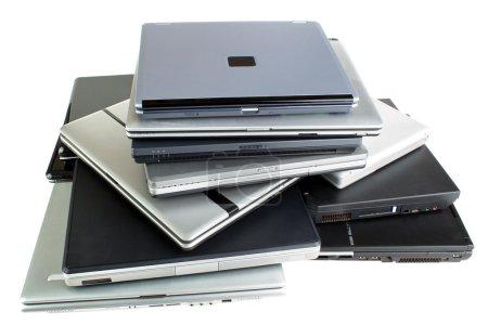 Photo pour Pile d'un ordinateur portatif usagé, isolé sur blanc - image libre de droit