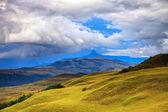 Ohromující krajina - hills savanou pokryté žlutá tráva