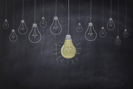 Photo pour Le dessin du tableau montre des ampoules dans une rangée avec une grande lueur . - image libre de droit