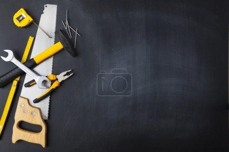 Photo pour Outils de construction sur un tableau noir - image libre de droit