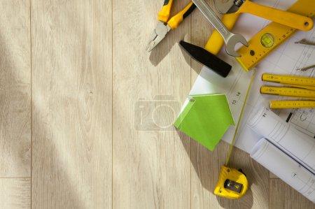 Photo pour Outils de construction et serre sur un fond en bois . - image libre de droit