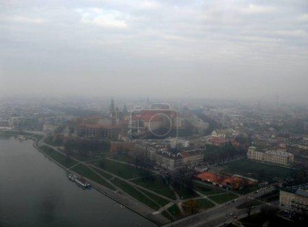 Photo pour Cracovie, Pologne, hiver, brouillard, Vistule, ballon. - image libre de droit