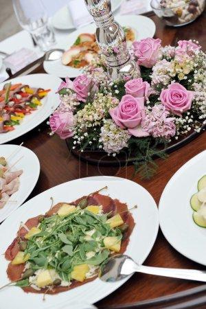 Photo pour Beaucoup de snacks froids sur la table de buffet restauration - image libre de droit