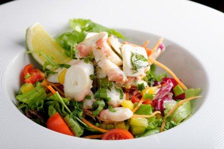 Photo pour Salade de poulpe avec salade de tranches de citron et pommes de terre - image libre de droit