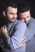 Paar (schwul) auf schwarzem Hintergrund