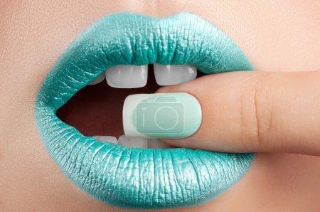Photo pour Brillant à lèvres turquoise et une beauté des ongles. - image libre de droit