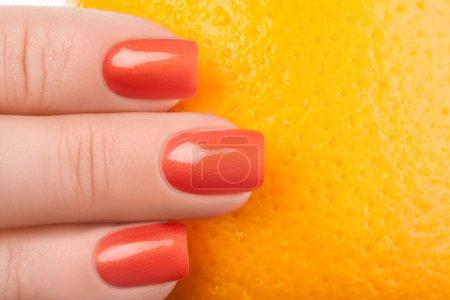 Photo pour Ongles orange sur fond blanc avec fruits . - image libre de droit