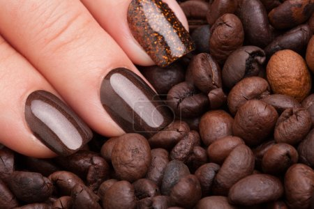 Photo pour Beaux ongles bruns gros plan et café . - image libre de droit