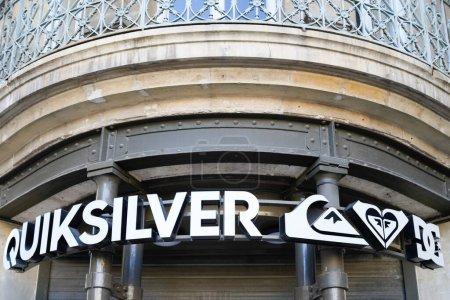 Photo pour Bordeaux, Aquitaine / France - 11 11 2020 : Panneau texte et logo en Quiksilver devant la façade du magasin de mode de la ville - image libre de droit