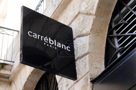 Photo pour Bordeaux, Aquitaine France - 04 10 2021 : Carre Blanc logo texte et enseigne marque de linge de maison plus respectueux des hommes et de l'environnement boutique - image libre de droit