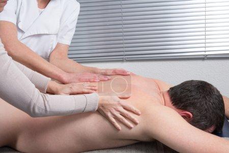 Photo pour Thai massage à quatre mains au centre de bien-être du dos - image libre de droit