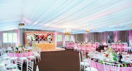 Photo pour Tout est prêt pour les célébrations de mariage au restaurant de luxe : couverts de tables avec beaucoup de fleurs dans les tons roses - image libre de droit