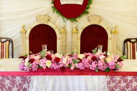 Decorated table with roses and hydrangeas for brides