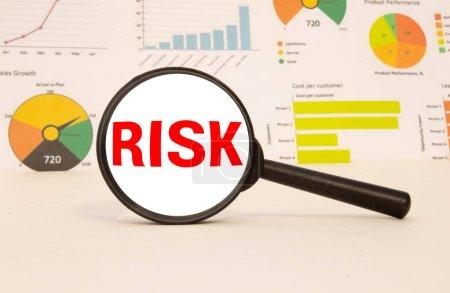 Wort Risiko unter der Lupe, Geschäftskonzept