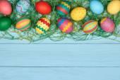 Húsvéti tojás kézzel festett színes, fából készült háttér