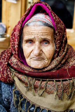 Photo pour Old woman in traditional dress Kalagai in Lahij, Azerbaijan. - image libre de droit