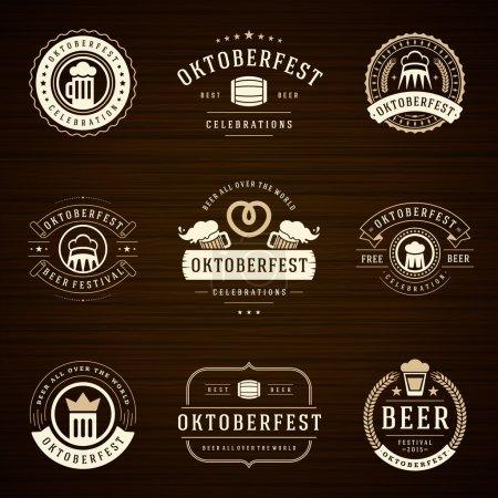 Illustration pour Festival de la bière Oktoberfest célébrations étiquettes de style rétro, badges et logos sertis d'une tasse de bière sur fond en bois. Illustration vectorielle - image libre de droit