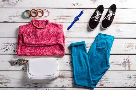 Photo pour Tenue Ladys avec pull rose. Vêtements colorés sur étagère blanche. Des vêtements décontractés aux couleurs vives. Vêtements féminins et chaussures simples . - image libre de droit