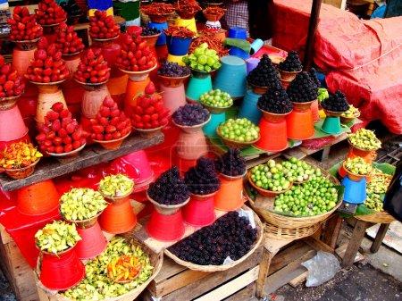 Photo pour Coloré marché fruits et légumes au Mexique. ce marché particulier est utilisé principalement par les habitants pour leur quotidien, magasinage d'épicerie et d'articles ménagers. - image libre de droit