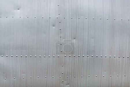 Photo pour Fond métallique altéré abstrait. Métal riveté de l'avion. - image libre de droit
