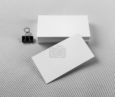 Foto de Tarjetas en blanco sobre fondo gris. Maqueta para identidad de marca. - Imagen libre de derechos