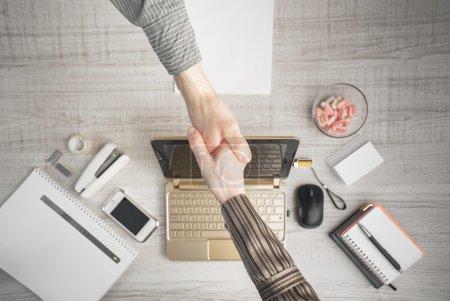 Photo pour Formation des contrats en vue de dessus de bureau horizontal - image libre de droit
