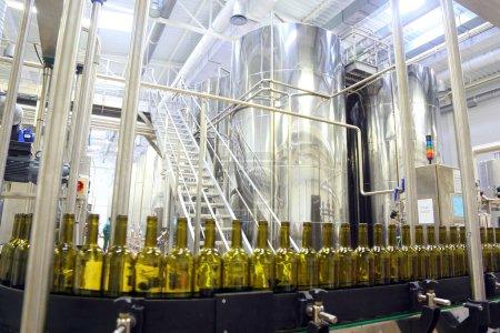 Photo pour Chaîne de montage moderne pour le soutirage du vin en bouteilles - image libre de droit
