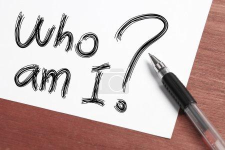 Photo pour «Qui suis-je 'Concept écrit sur papier blanc avec pendem noir de côté. - image libre de droit